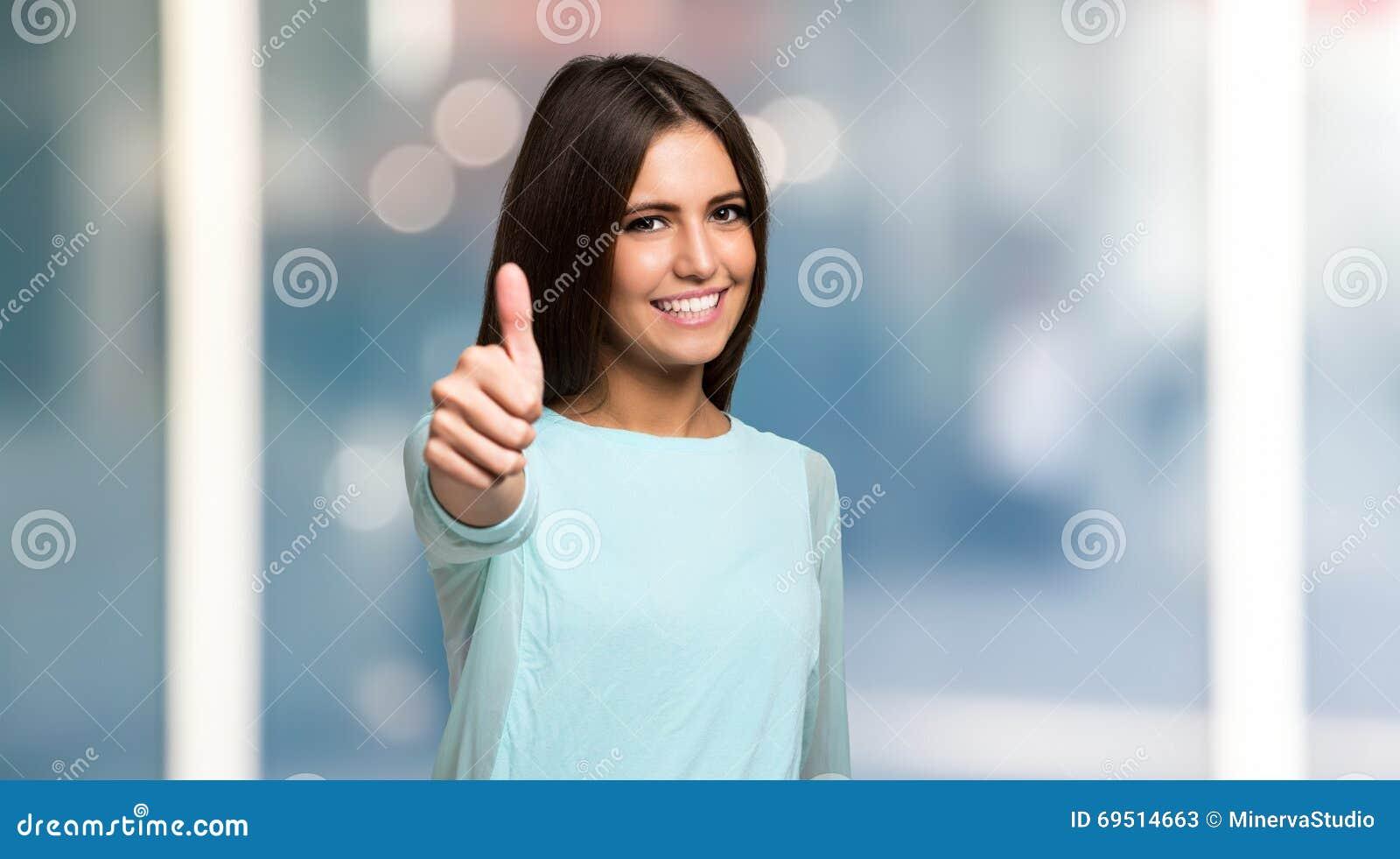 Dawać uśmiechniętym aprobat kobiety potomstwom