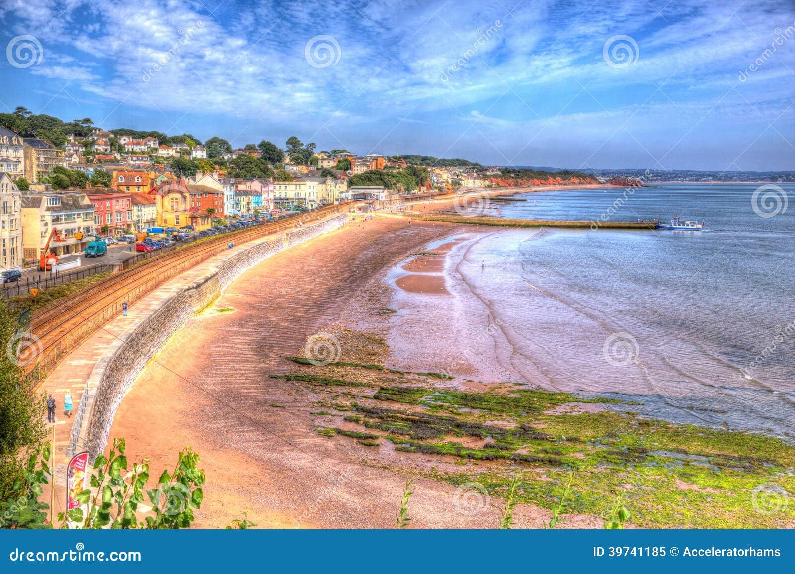Dawlish Devon England con la pista ferroviaria y el mar de la playa el día de verano del cielo azul en HDR