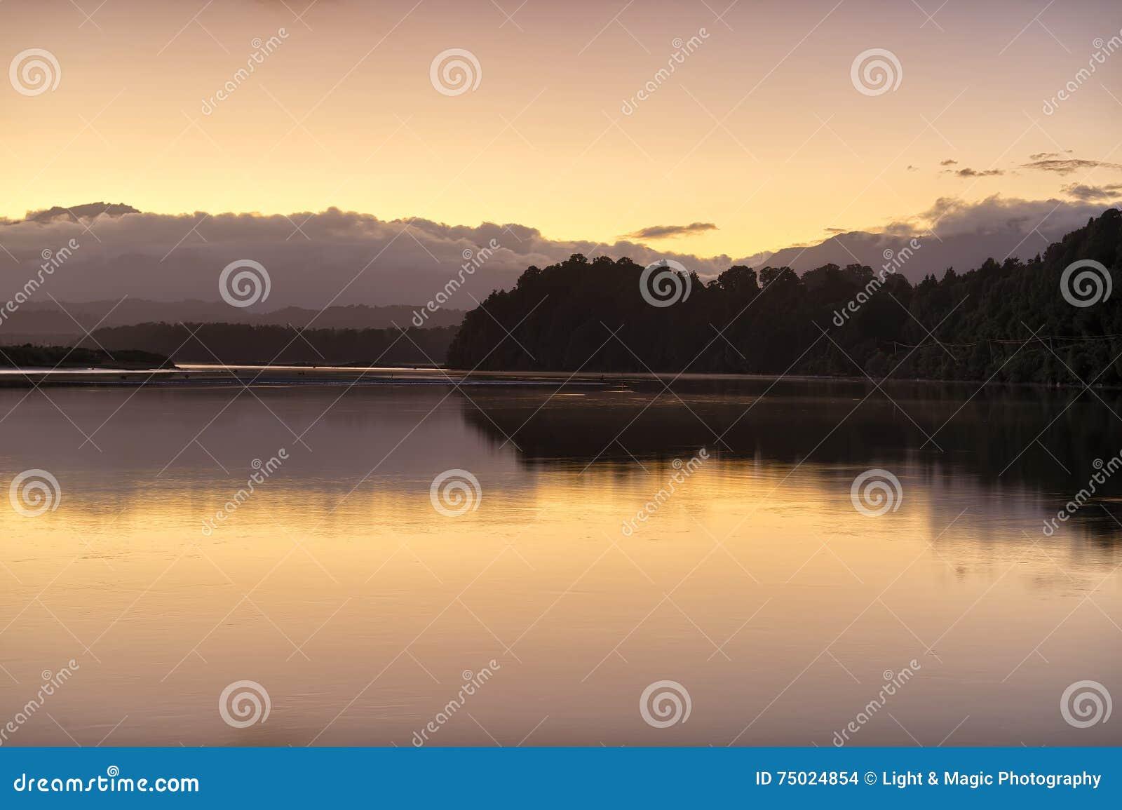 Dawn bij Okarito-Meer