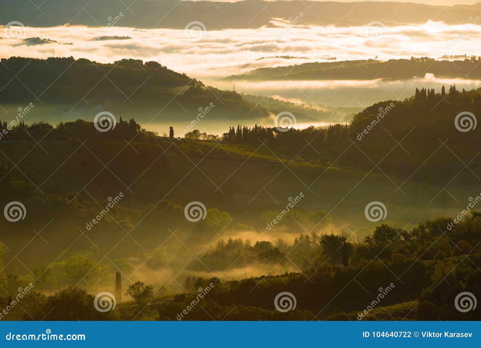 Download Dawn Mist In De Omgeving Van San Gimignano Toscanië, Italië Stock Foto - Afbeelding bestaande uit dageraad, vroeg: 104640722
