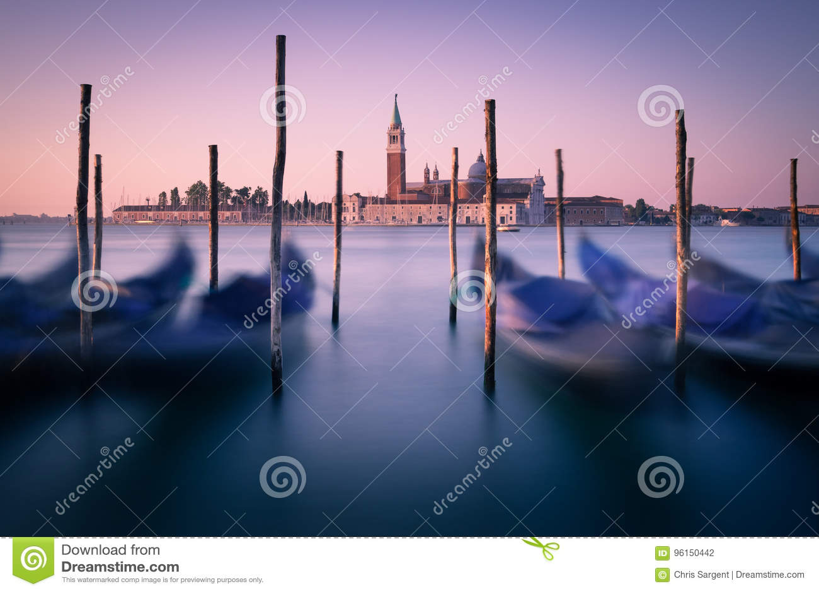 Dawn in Venetië met gondels en meertrosposten