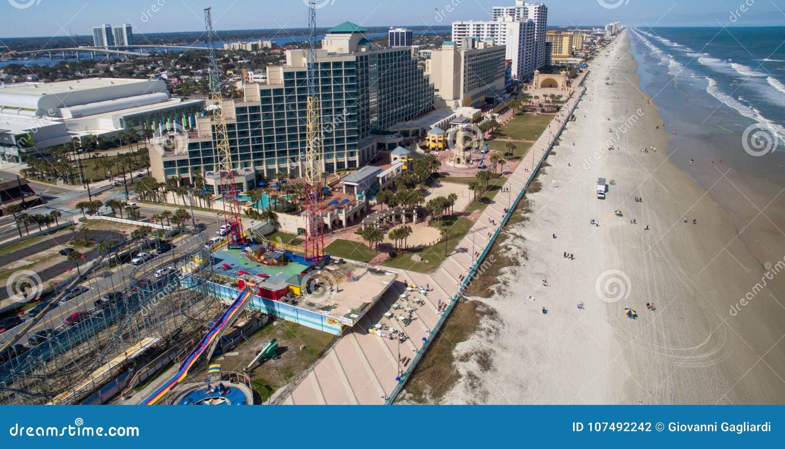 DAYTONA海滩, FL - 2016年2月:城市和海滩天线地平线