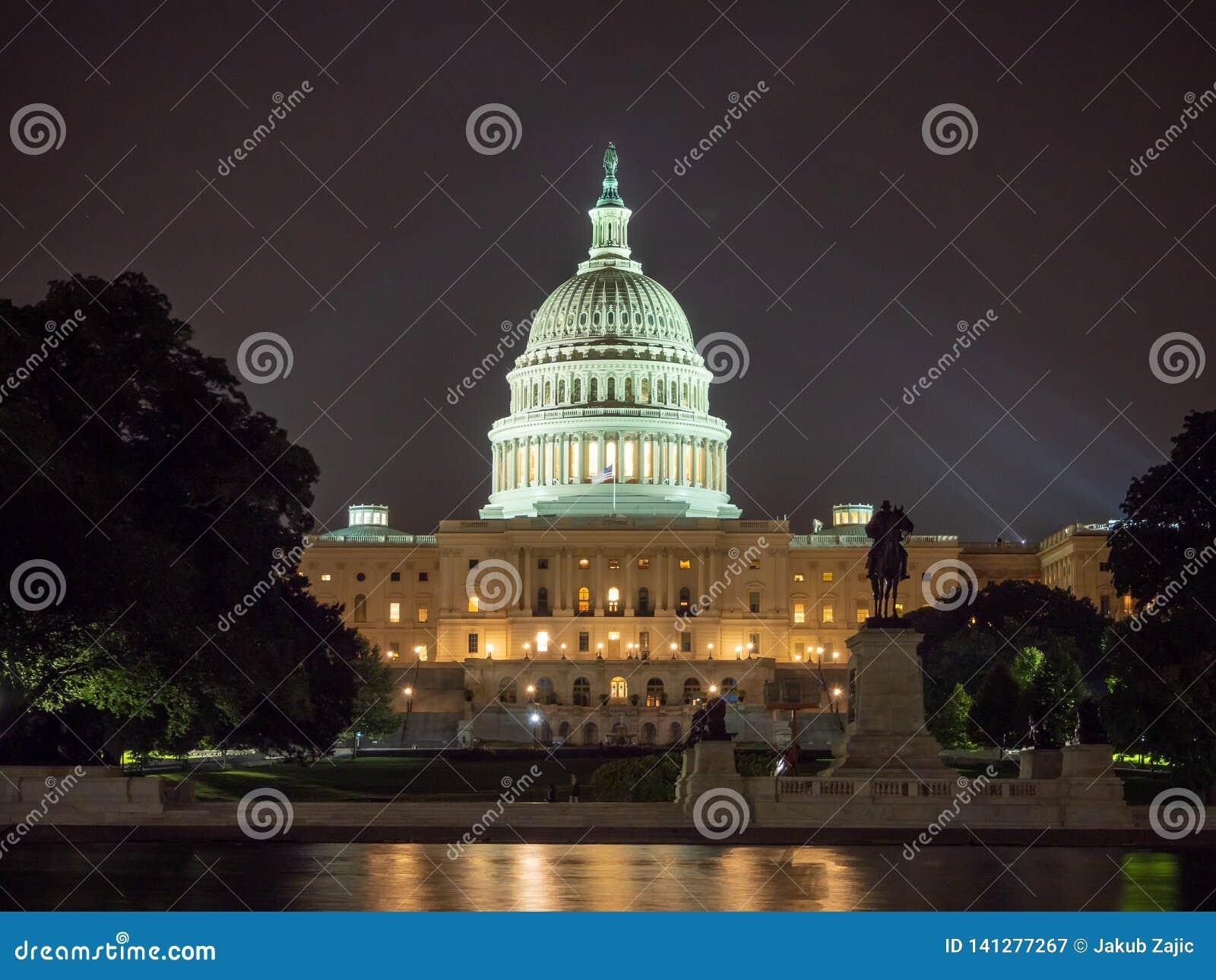 DC Вашингтона, округ Колумбия [здание капитолия Соединенных Штатов США, взгляд ночи со светами над отражая прудом,