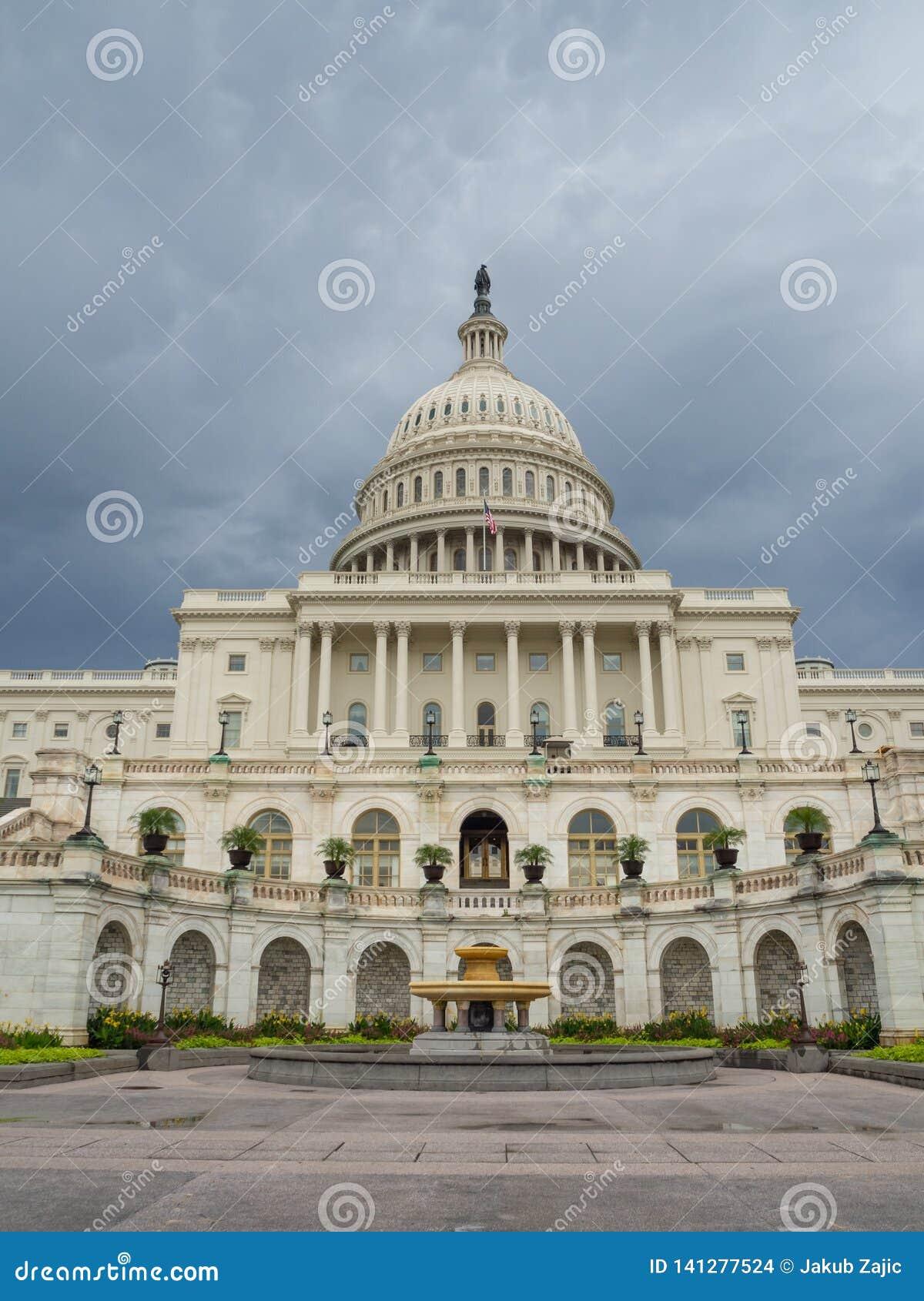 DC Вашингтона, округ Колумбия [здание капитолия Соединенных Штатов США, тенистая пасмурная погода перед идти дождь, faling сумрак