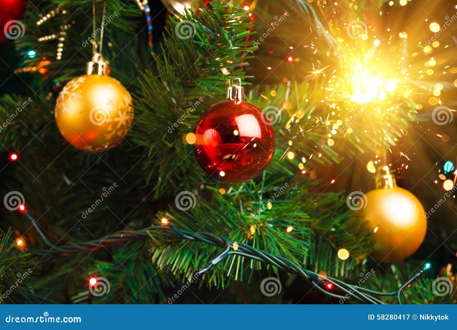 D coration d 39 arbre de no l avec le cierge magique brillant photo stock - Decoration arbre de noel ...