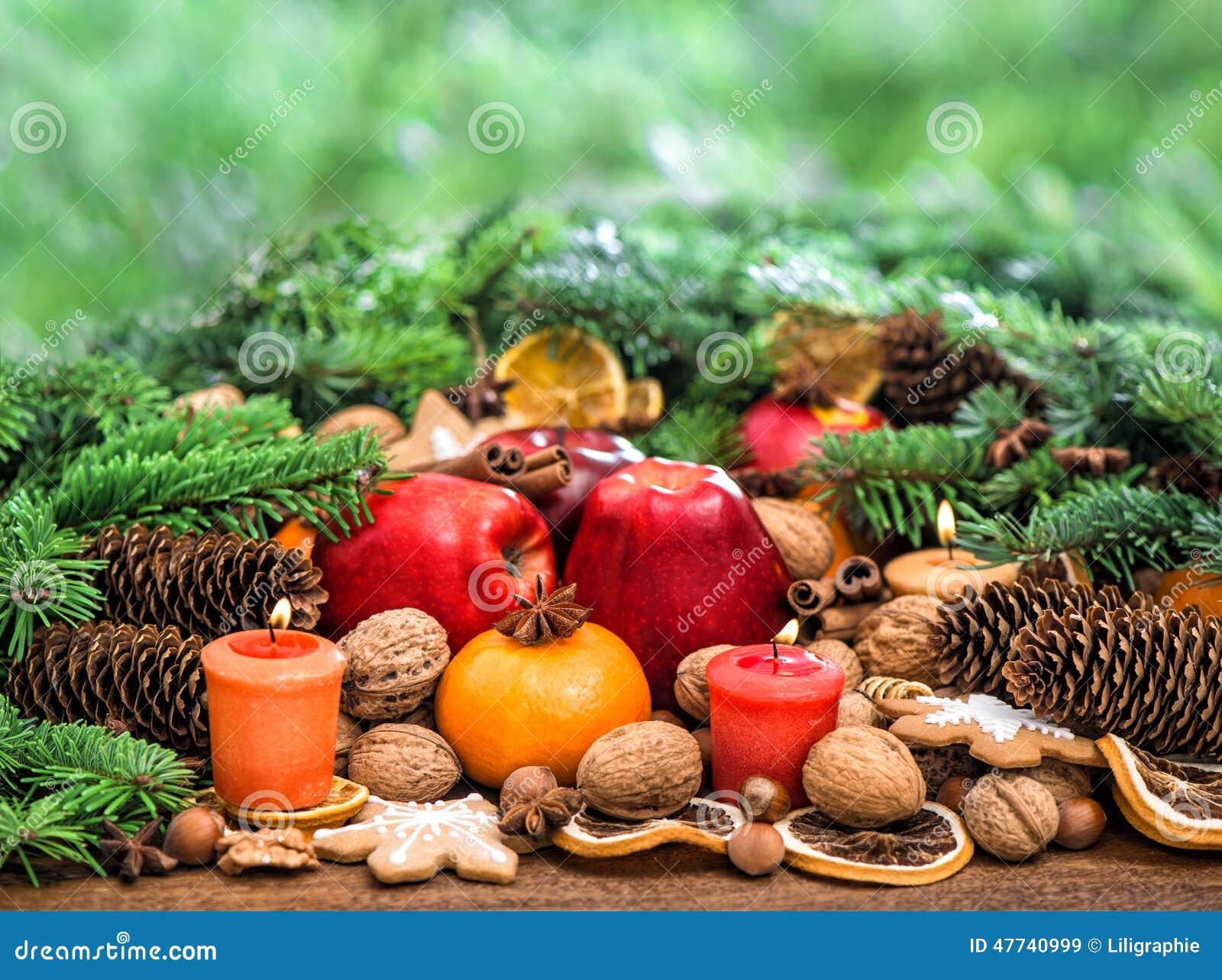 D Coration De No L Avec Des Bougies Fruits Et Biscuits