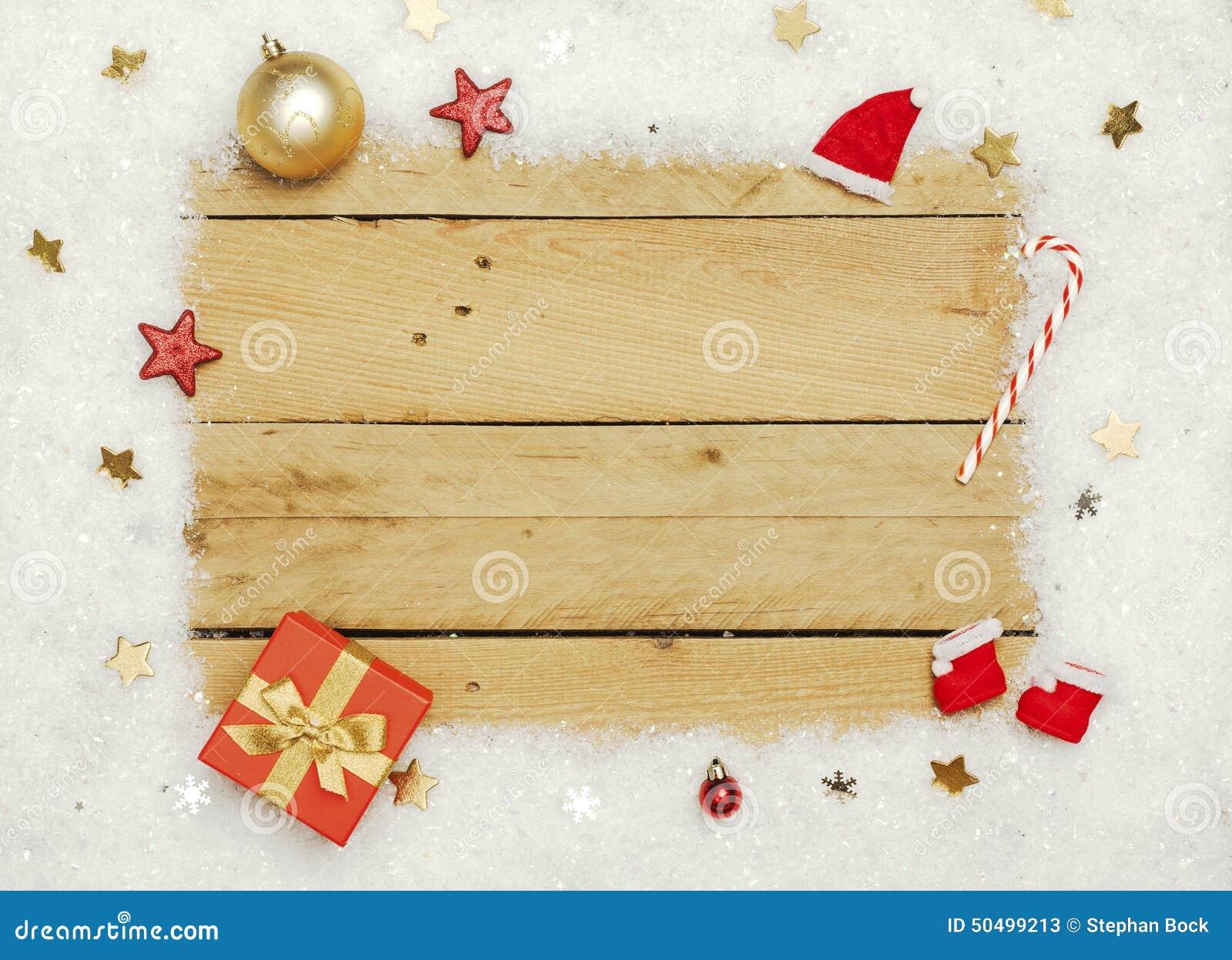 Décoration de Noël, cadre de neige artificielle sur le fond en bois