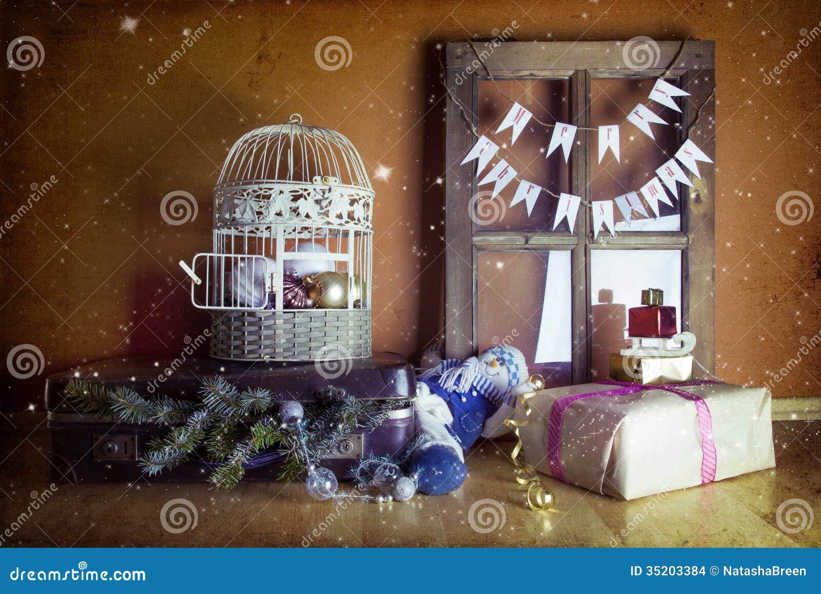 #6B4223 Décoration De Noël De Vintage Avec La Valise La Fenêtre  6129 decoration de noel vintage 1300x957 px @ aertt.com