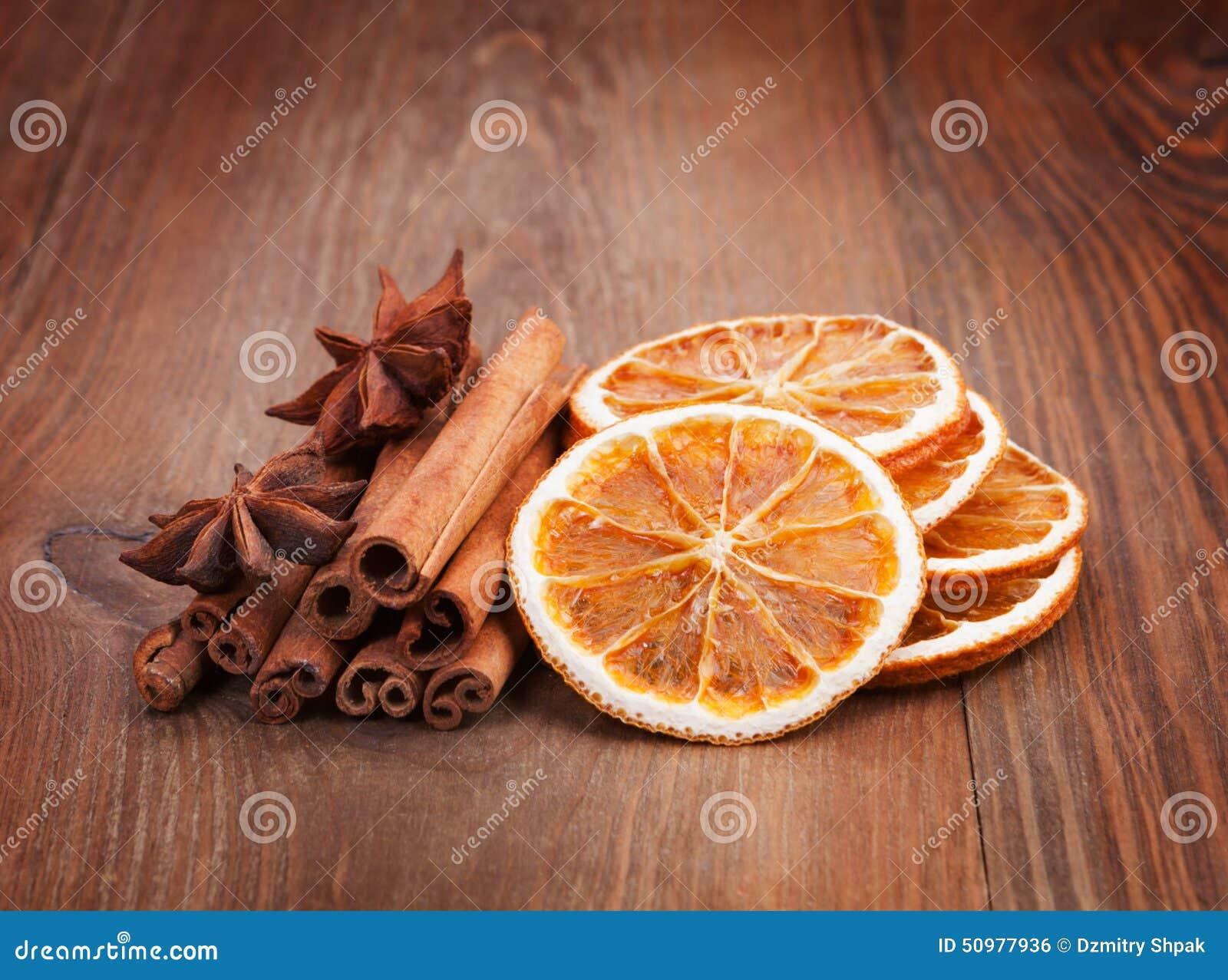 d coration de no l orange s che b tons de cannelle clous de girofle dessus photo stock. Black Bedroom Furniture Sets. Home Design Ideas