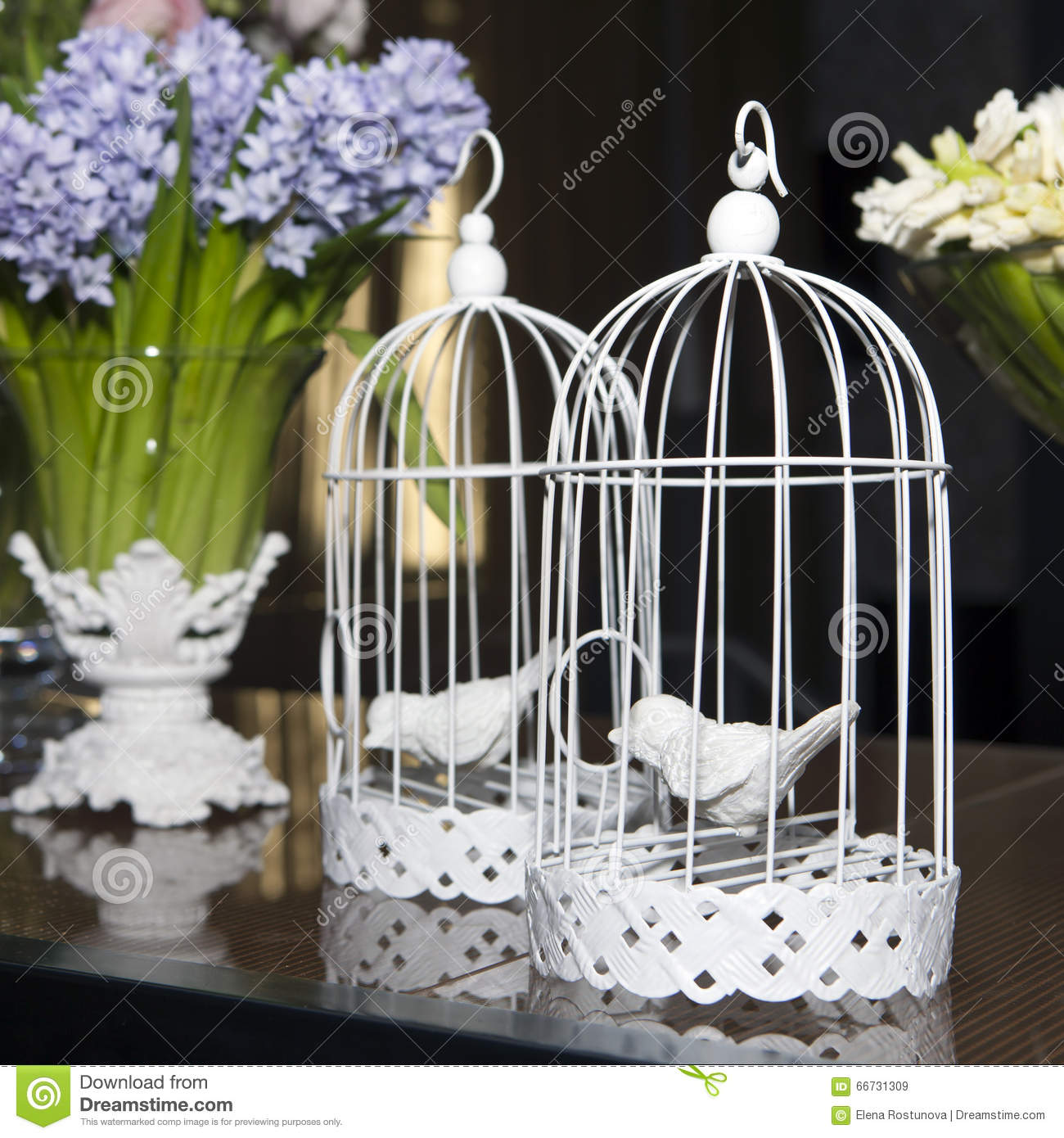 d coration de p ques avec la cage oiseaux fleurs photo stock image 66731309. Black Bedroom Furniture Sets. Home Design Ideas