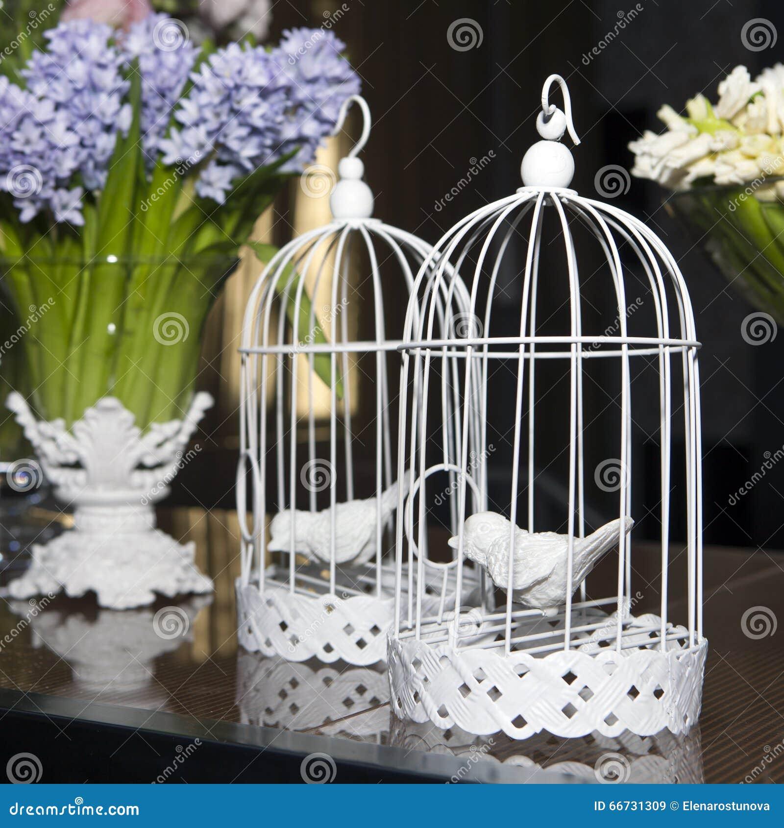 d coration de p ques avec la cage oiseaux fleurs photo. Black Bedroom Furniture Sets. Home Design Ideas