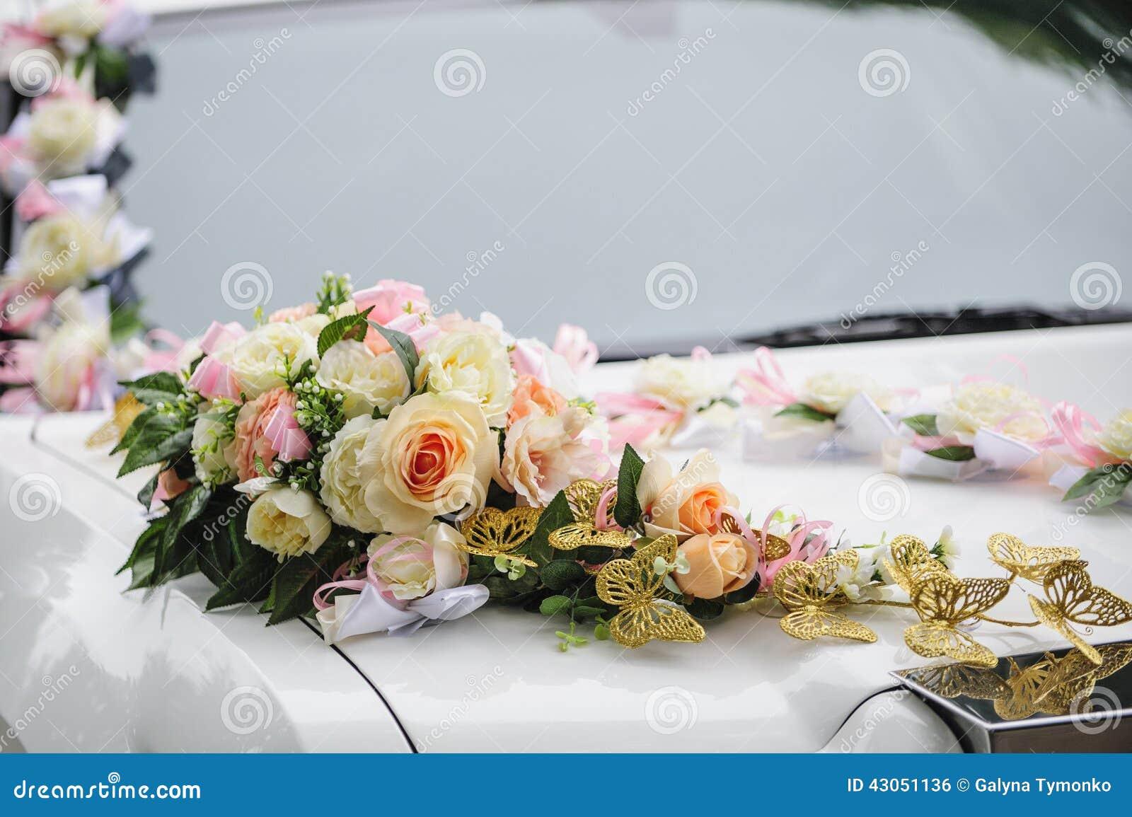 d coration de voiture de mariage des fleurs avec des roses et des papillons photo stock image. Black Bedroom Furniture Sets. Home Design Ideas