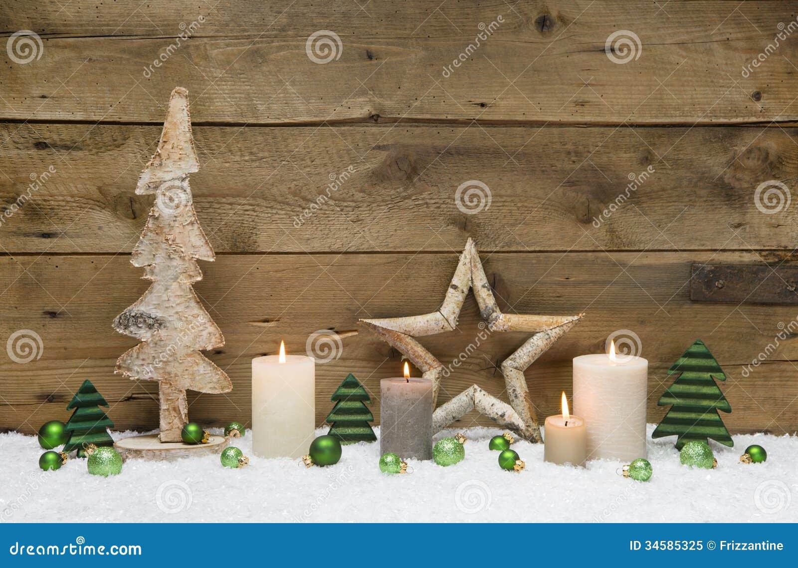 D coration en bois de no l avec les boules les bougies et - Decoration avec des bougies ...