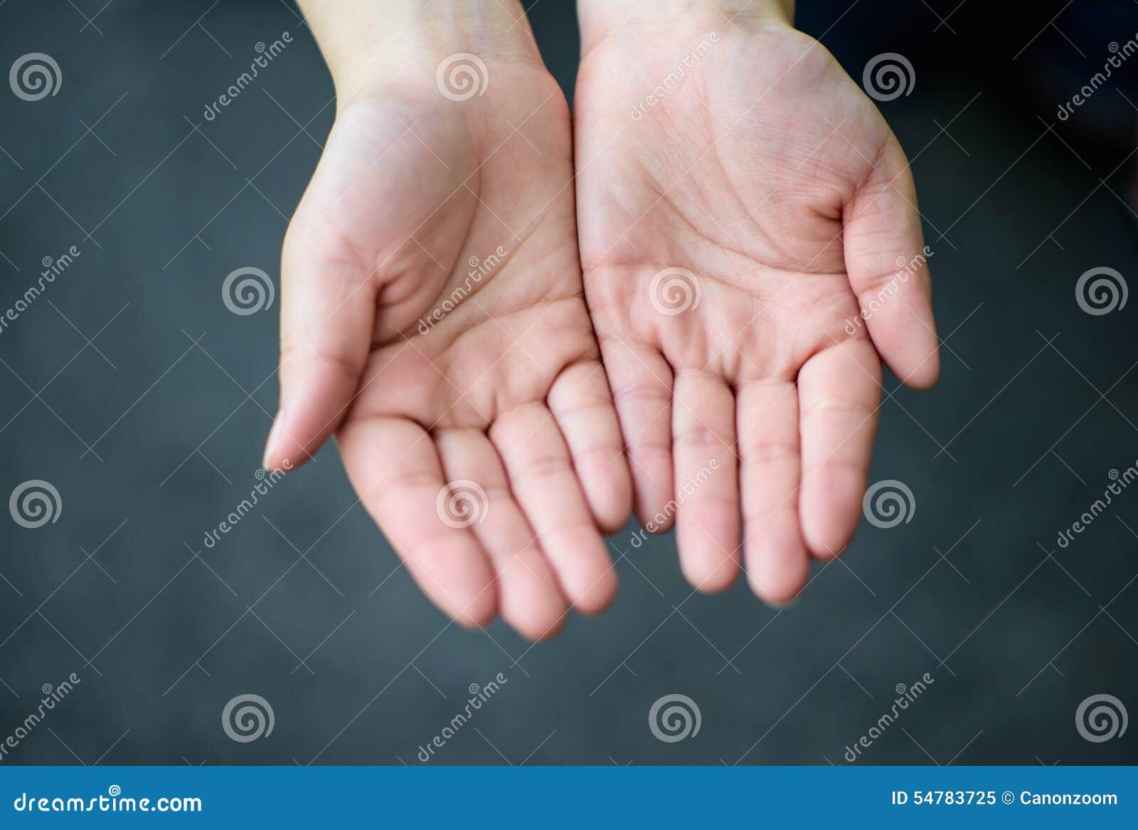 De öppna händerna av kvinnan, fokuserar förestående