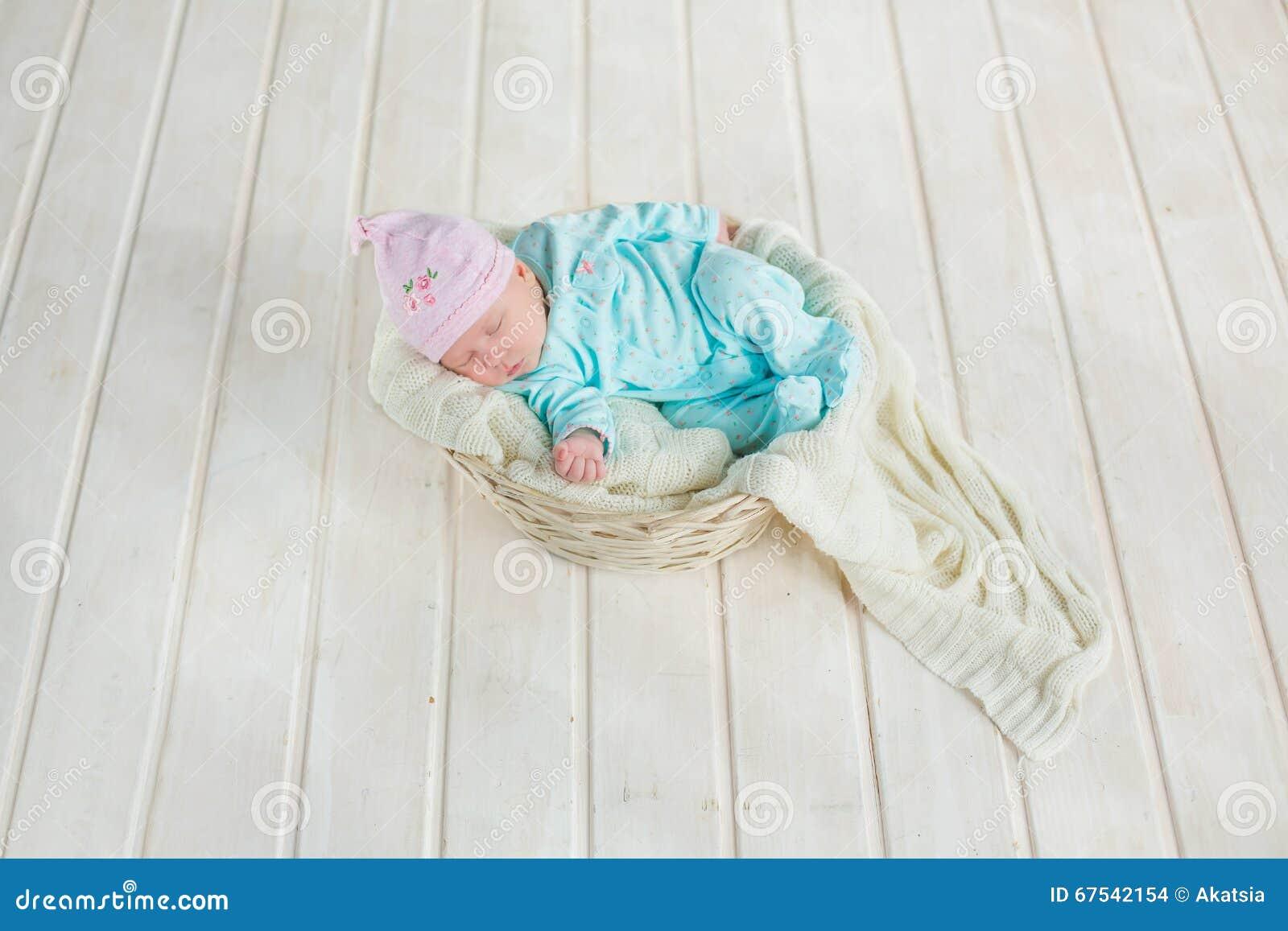 De Aanbiddelijke Leuke Slaap Van Het Babymeisje In Witte Mand Op