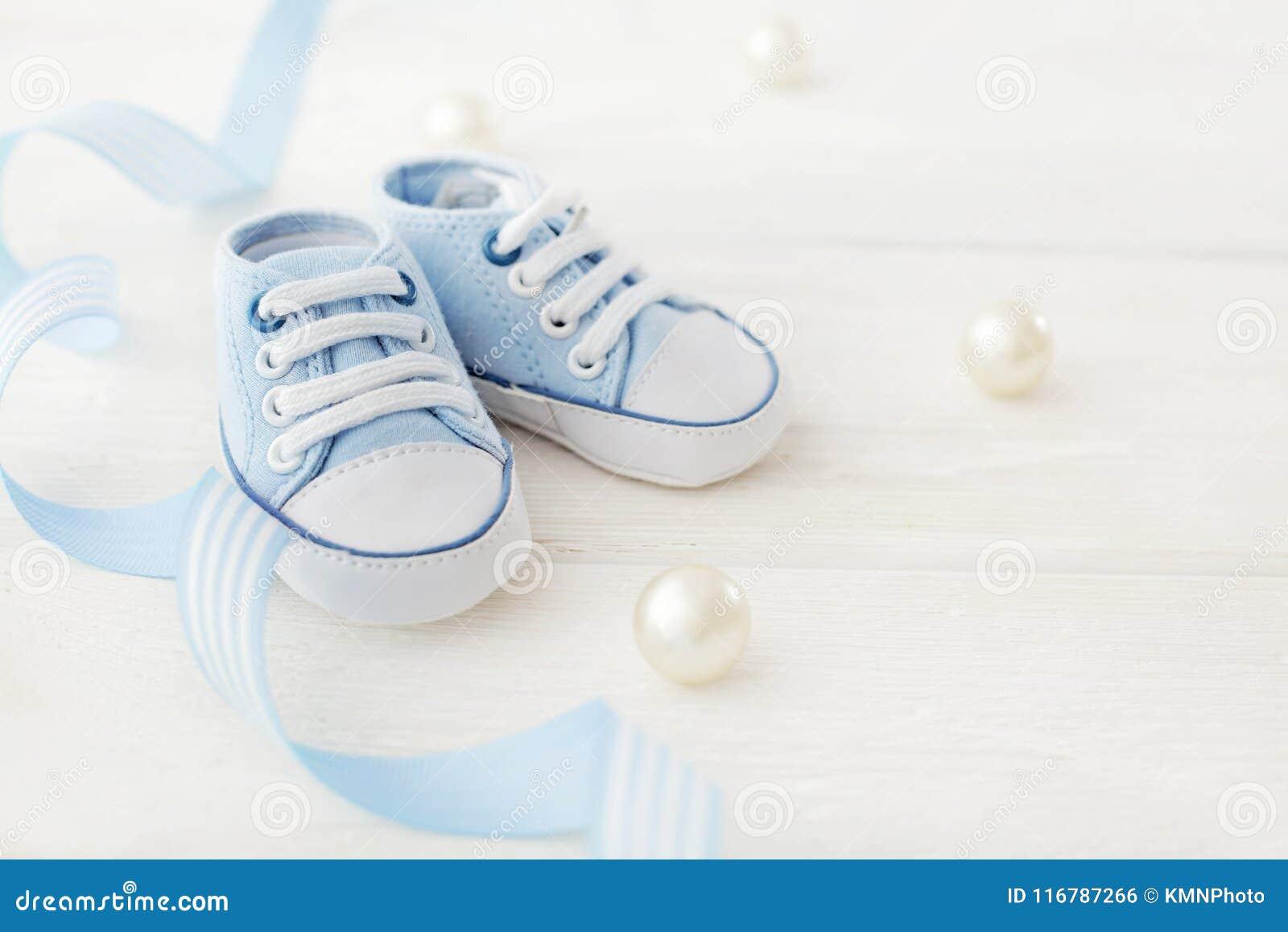 De aanbiddelijke schoenen van de babyjongen