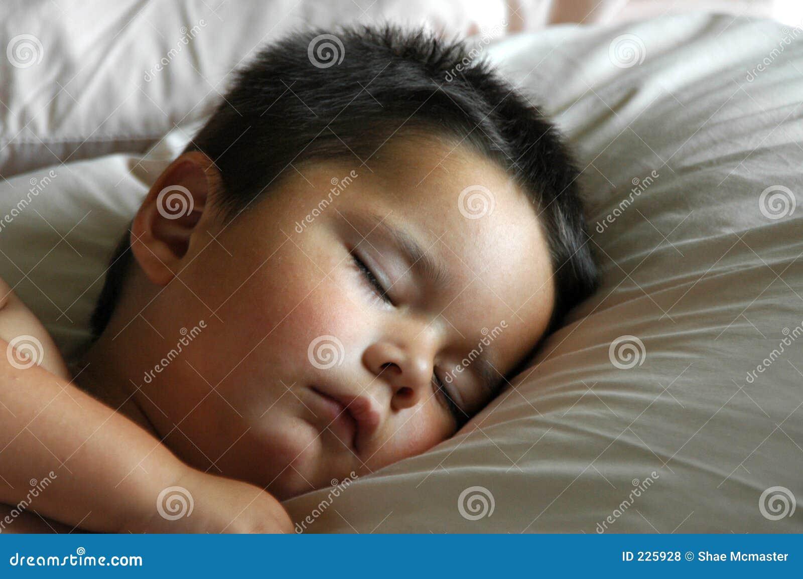 De aanbiddelijke slaap van de jongen van de baby royalty vrije stock foto 39 s afbeelding 225928 - Opslagkast ruimte van de jongen ...