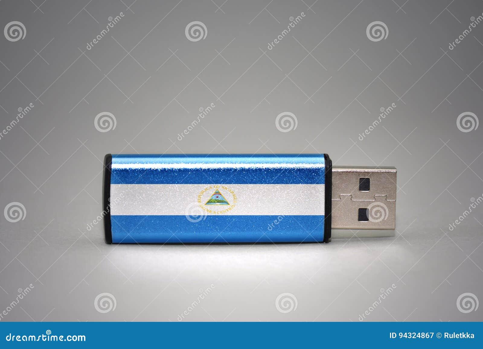 De aandrijving van de Usbflits met de nationale vlag van Nicaragua op grijze achtergrond