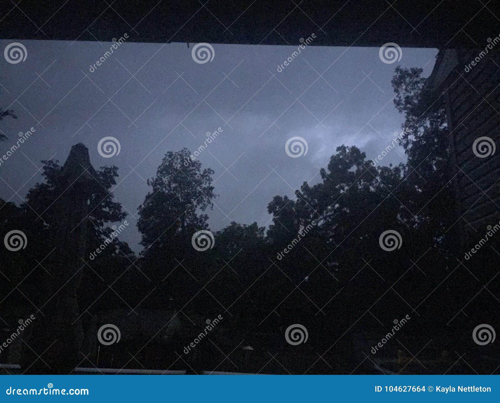 Download De Aangestoken Hemel Van Bliksem Stock Foto - Afbeelding bestaande uit onweer, bladeren: 104627664