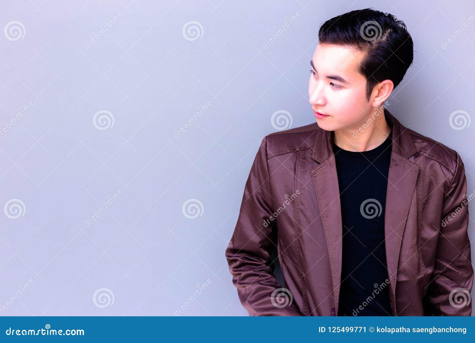 De aantrekkelijke knappe jonge mens bekijkt exemplaarruimte charming