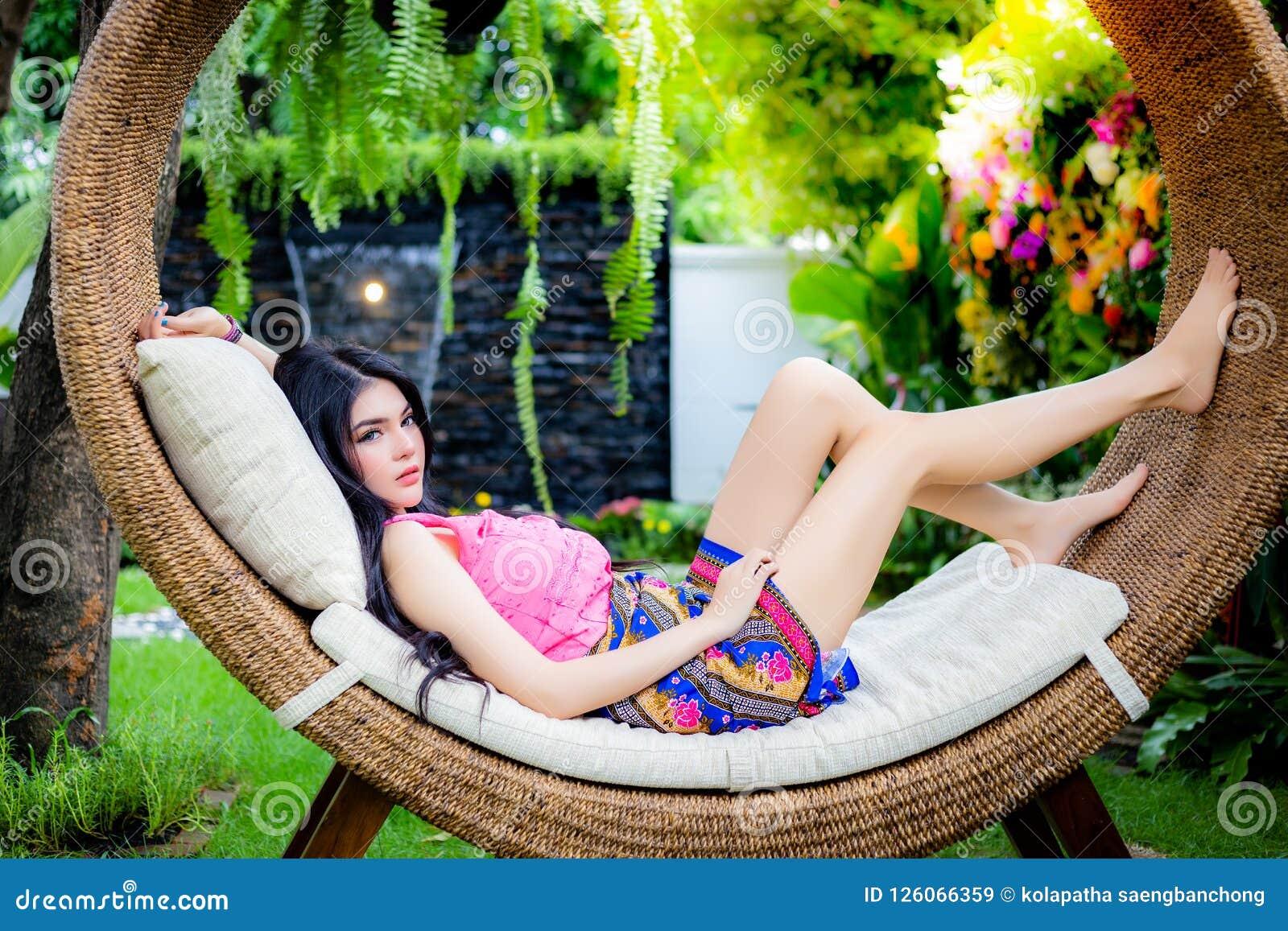 De aantrekkelijke mooie vrouw ligt op een bed Charmante galant