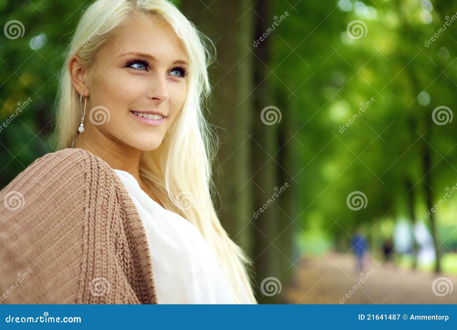 De aantrekkelijke Zekere zelf-Verzekerde Vrouw van de Blonde