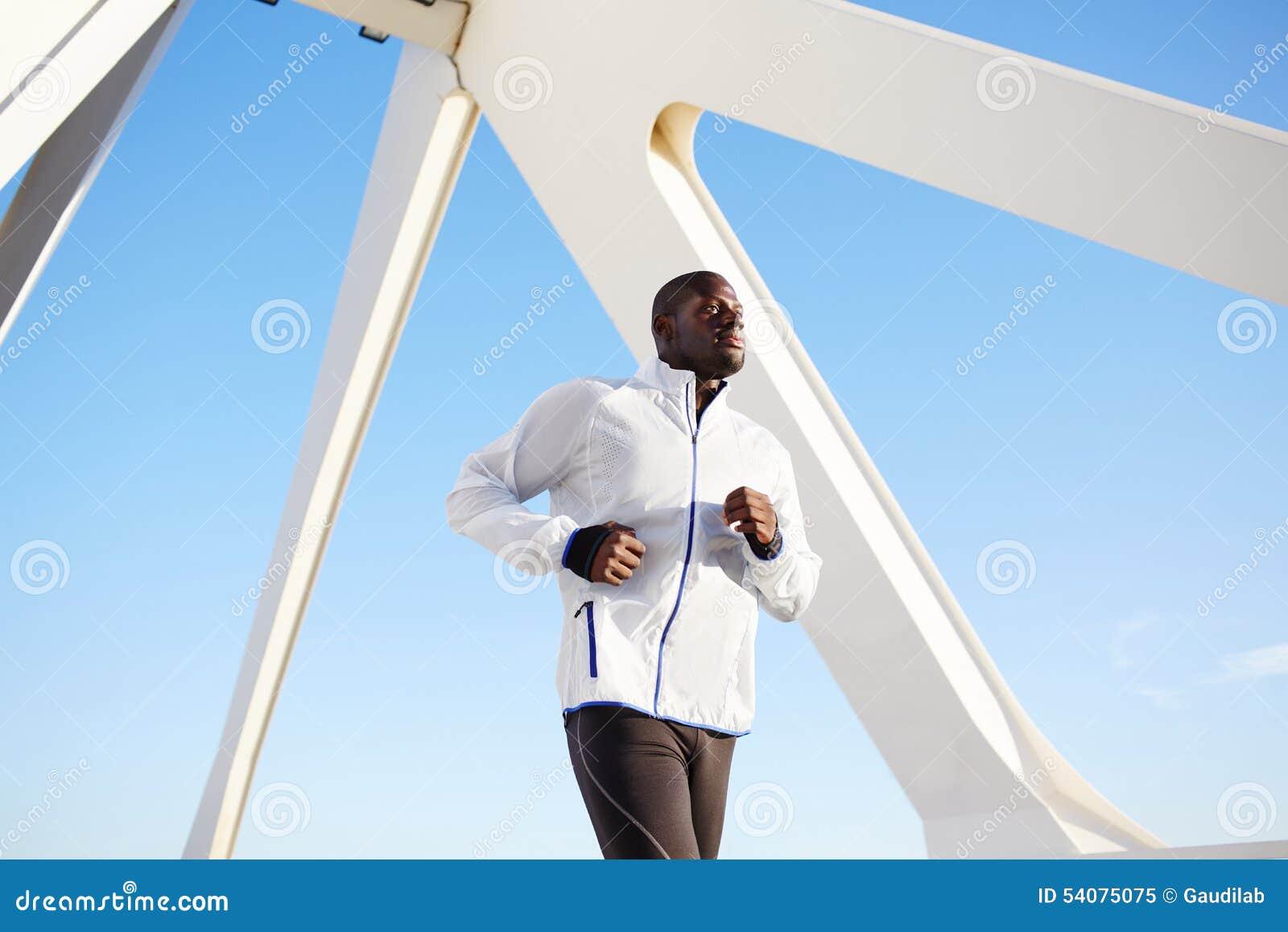 De aantrekkelijke zwarte atleet op ochtend stoot aan