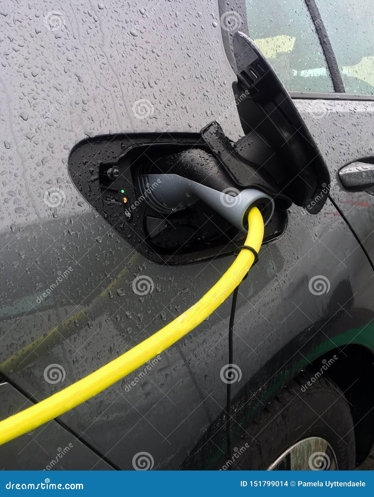 De aanvulling van een elektrische auto