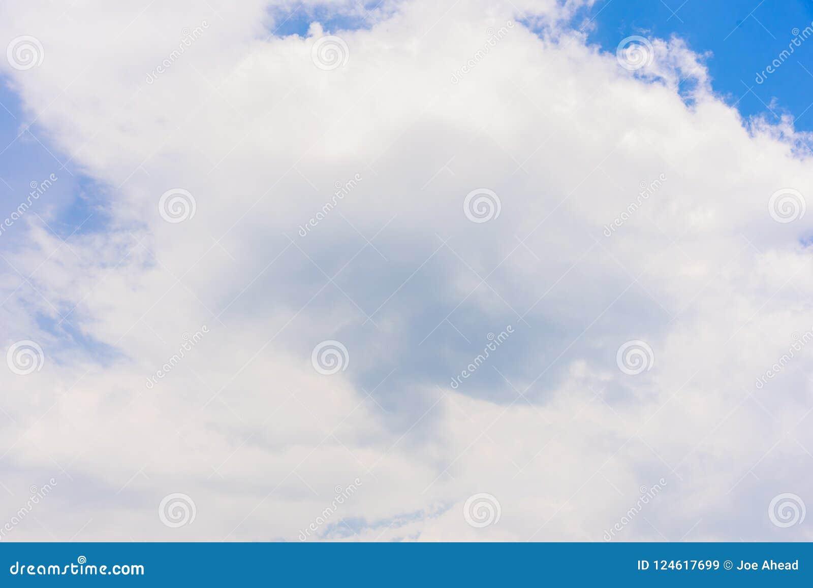 De aard van Blauwe hemel met wolk in de ochtend
