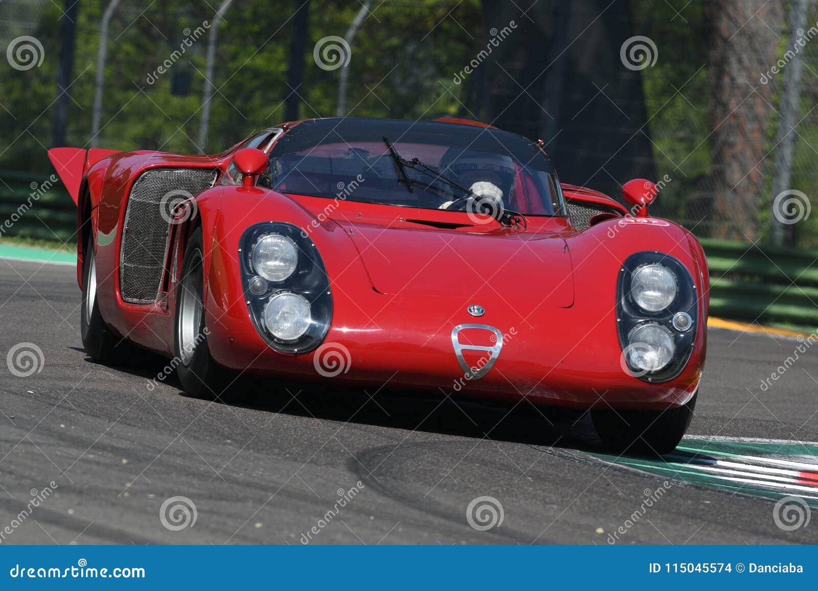 21 de abril de 2018: Alfa legendário Romeo Tipo da movimentação de Arturo Merzario 33/2 de cupê de Daytona durante o festival 201