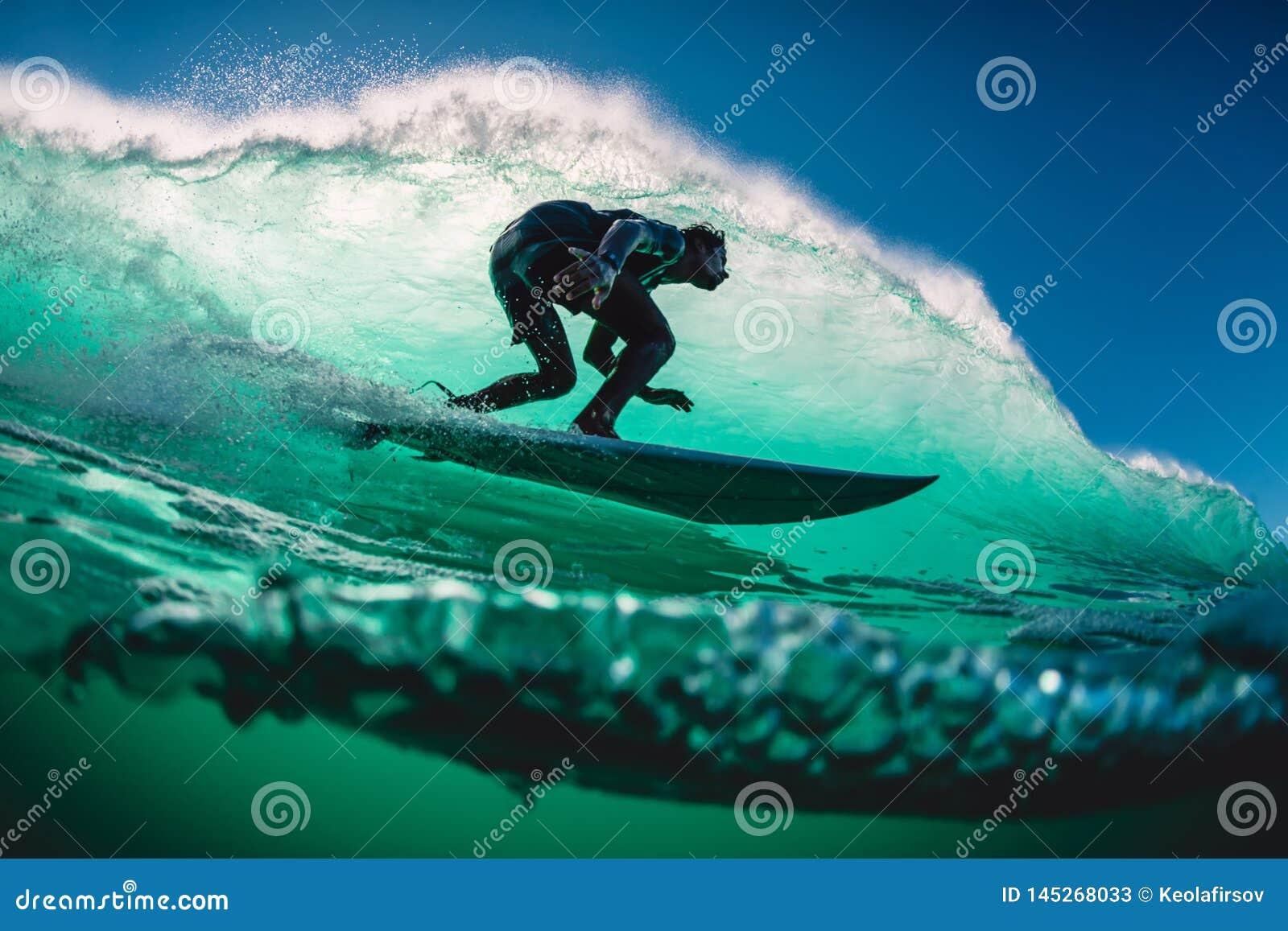 18 de abril de 2019 Bali, Indonesia Paseo de la persona que practica surf en onda del barril El practicar surf profesional en las