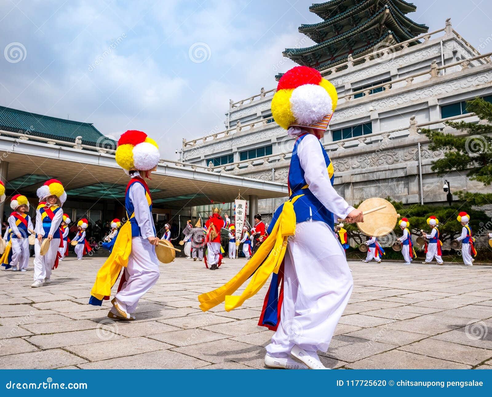 14 de abril de 2018, a faixa tradicional coreana da percussão está executando na vila de Hanok em seoul, Coreia do Sul O ` de Pun