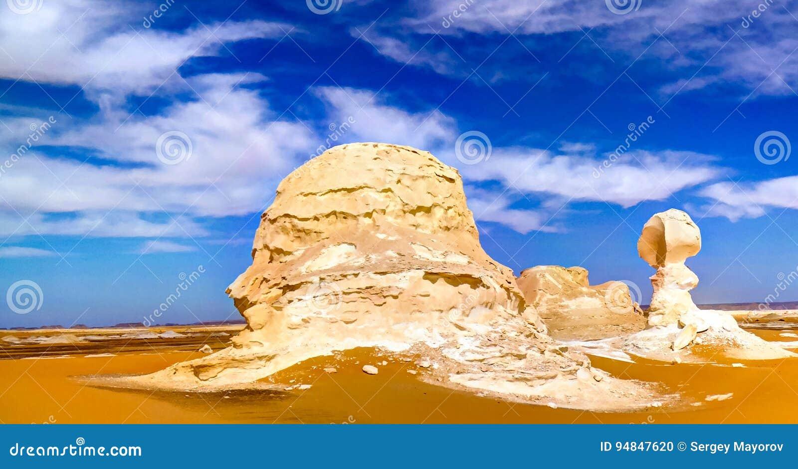 De abstracte beeldhouwwerken van de vormingenaka van de aardrots, Witte woestijn, de Sahara, Egypte