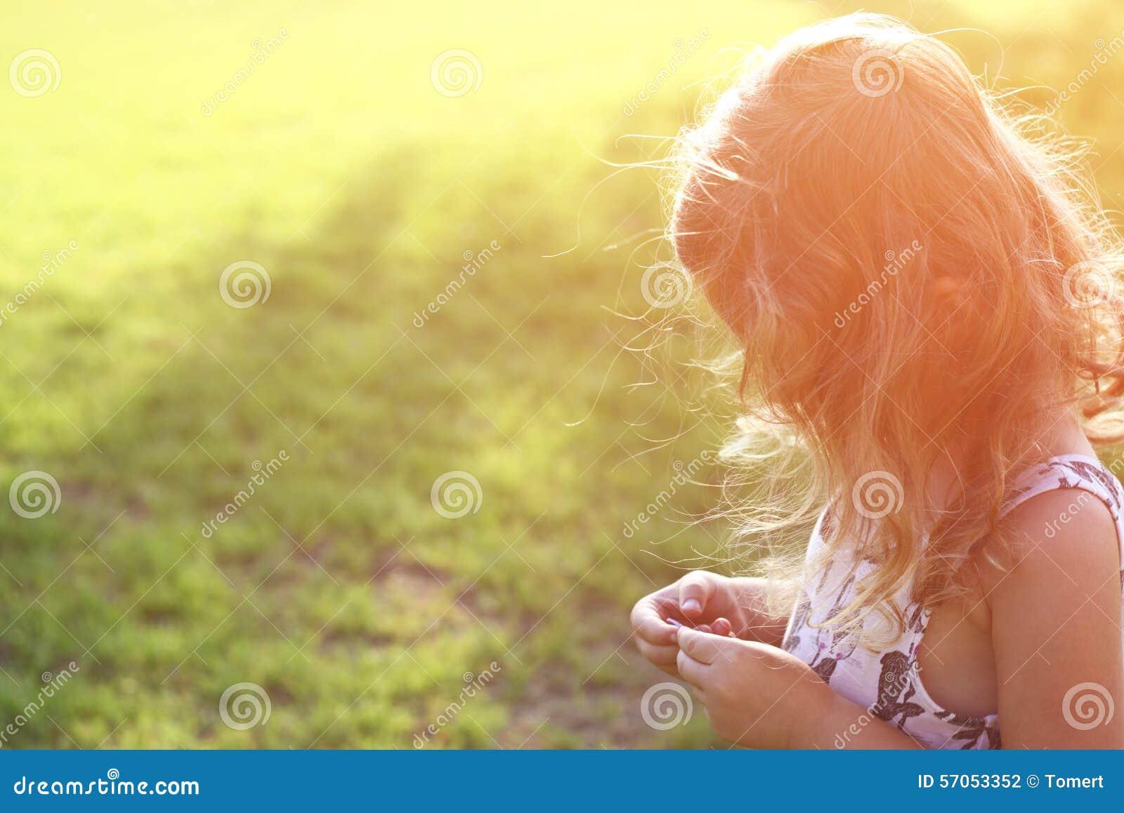 De abstracte foto van achterkant van het gelukkige jong geitje spelen bij de zonsondergang in het park, onderzoekt en avonturenco