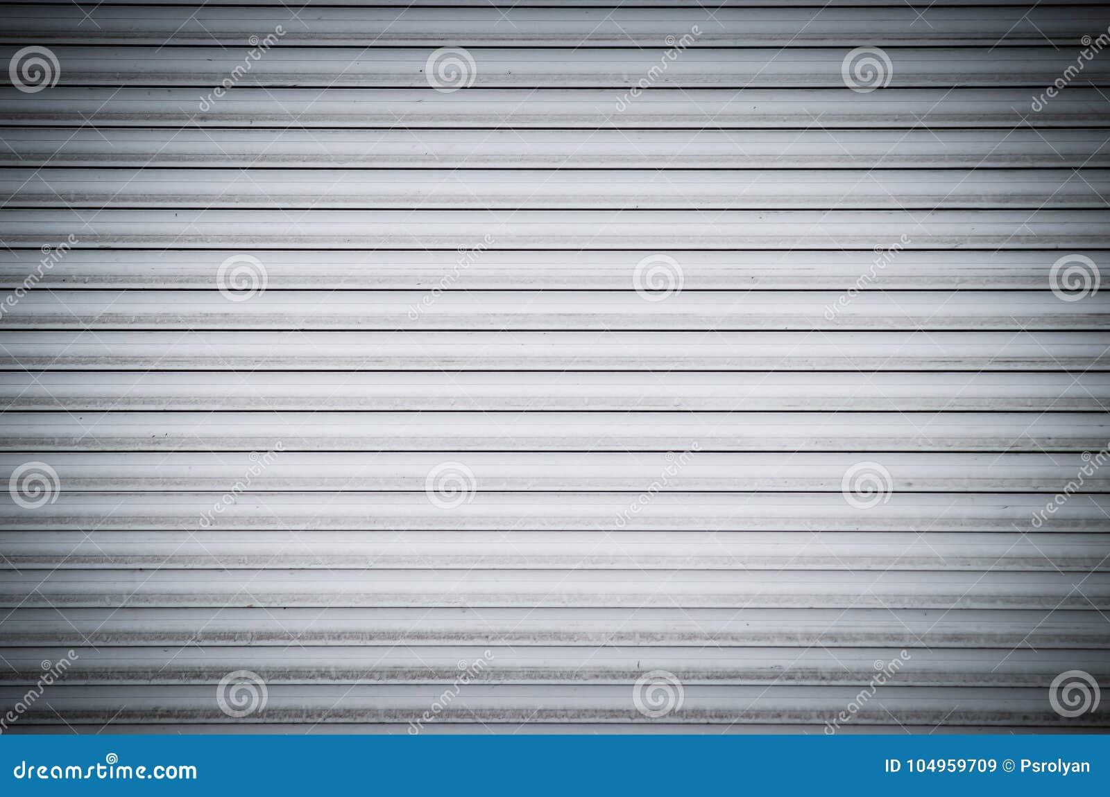 De abstracte witte deur van broodjes metaalblinden met horizontale lijnen Achtergrond