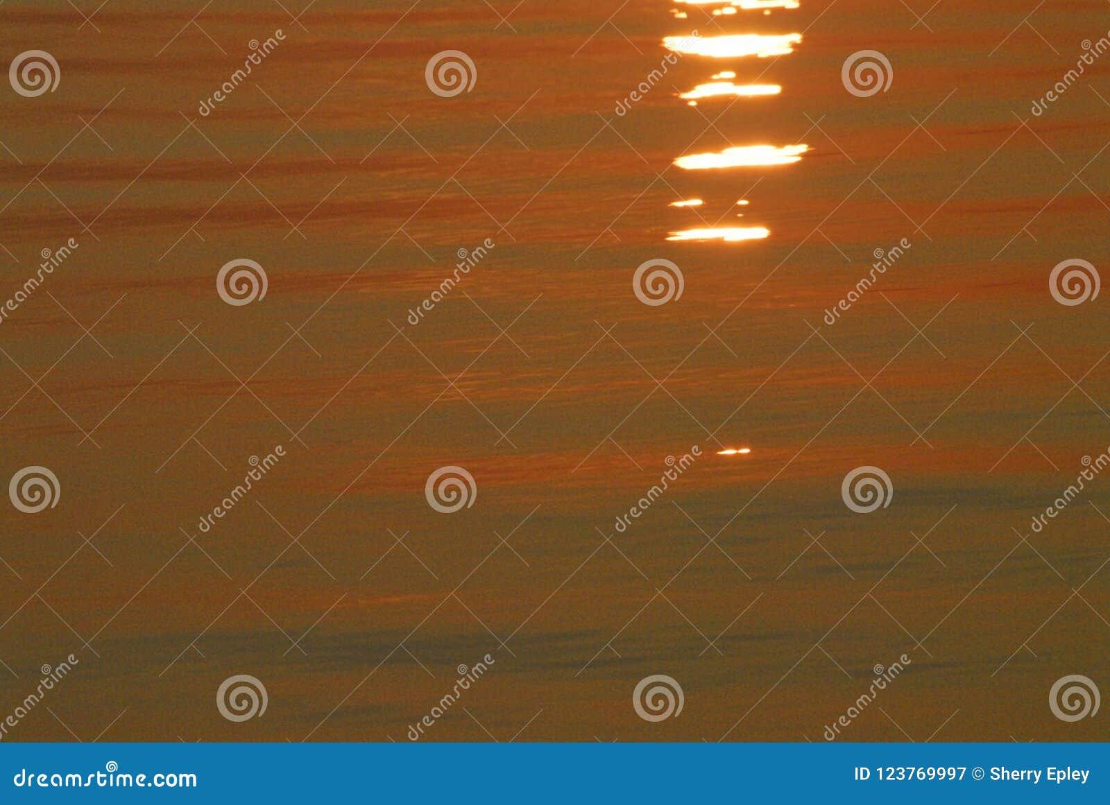 De ABSTRACTE Zonsopgang leidt tot Oranje Kleur voor Oceaanwater