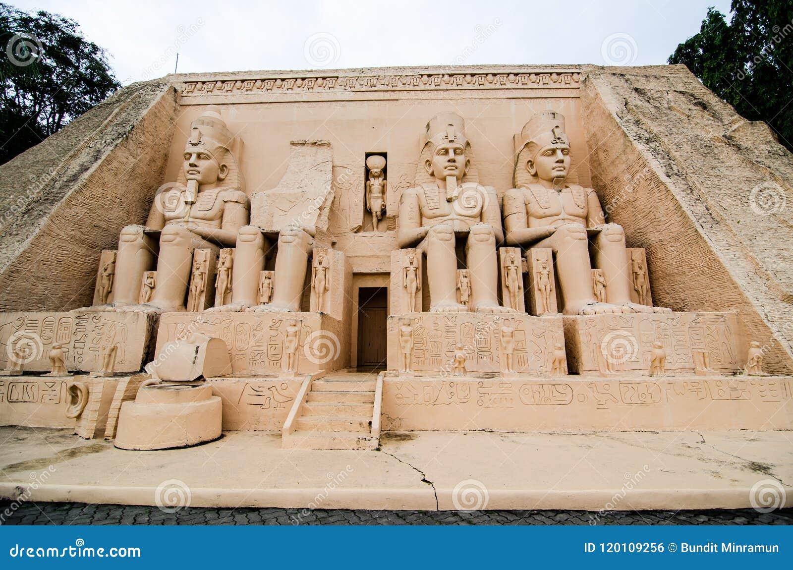 De Abu Simbel-tempels bij miniatuurpark is een open plek die miniatuurgebouwen en modellen toont