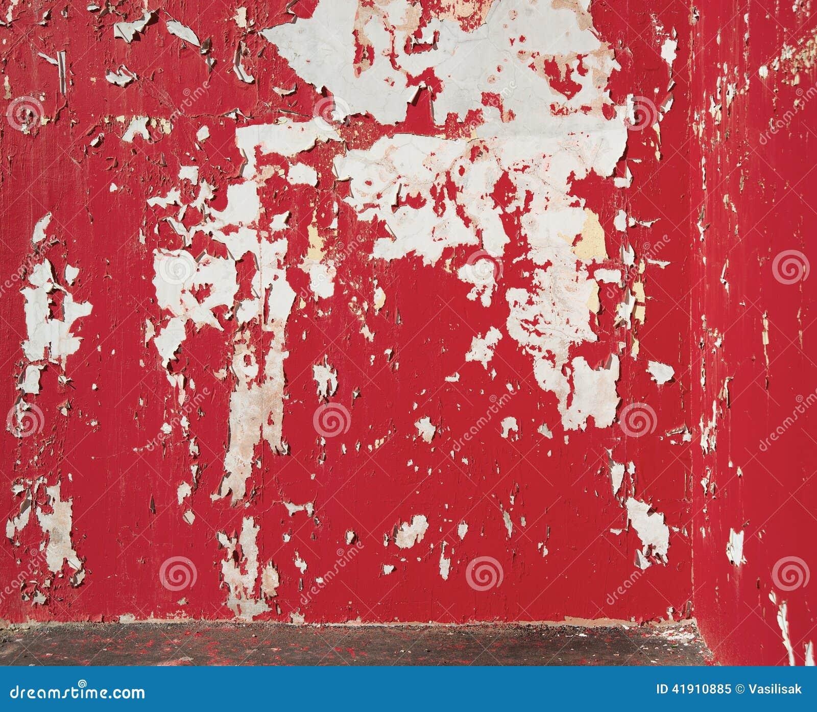 De achtergrond pelde rode verf op de muur