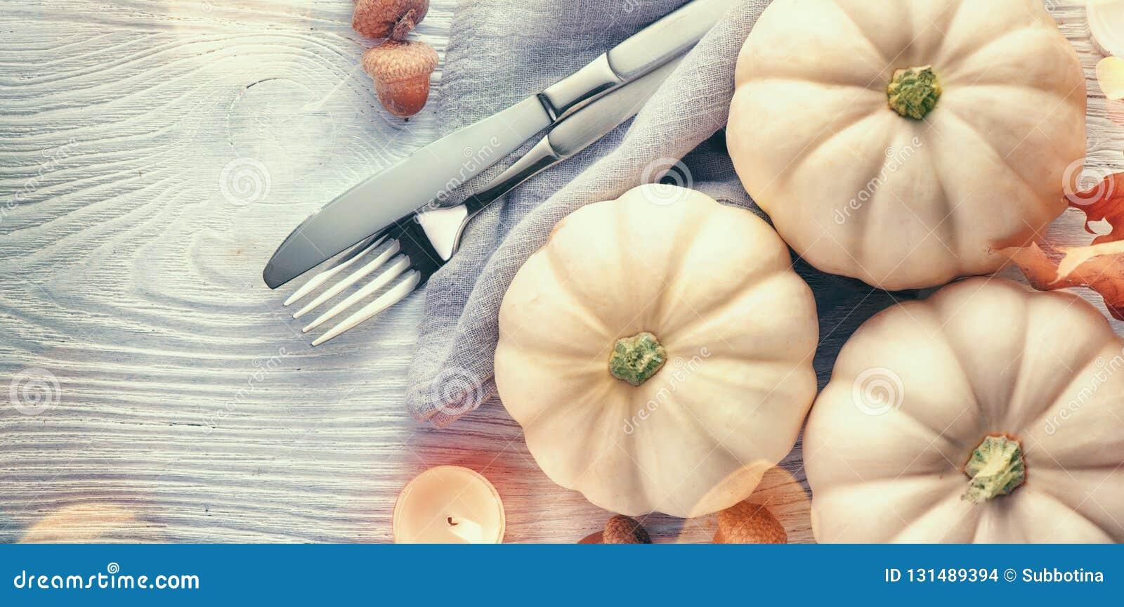 De achtergrond van de dankzegging Vakantiescène Houten die lijst, met pompoenen, de herfstbladeren wordt verfraaid