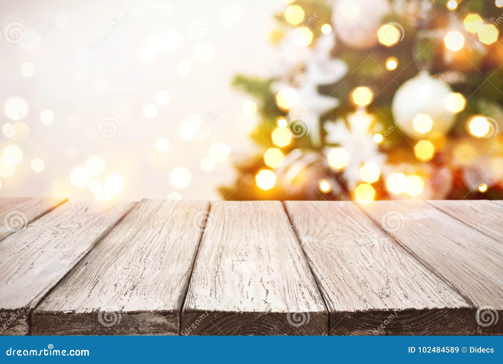 De achtergrond van Kerstmis Houten planken over de vage lichten van de vakantieboom
