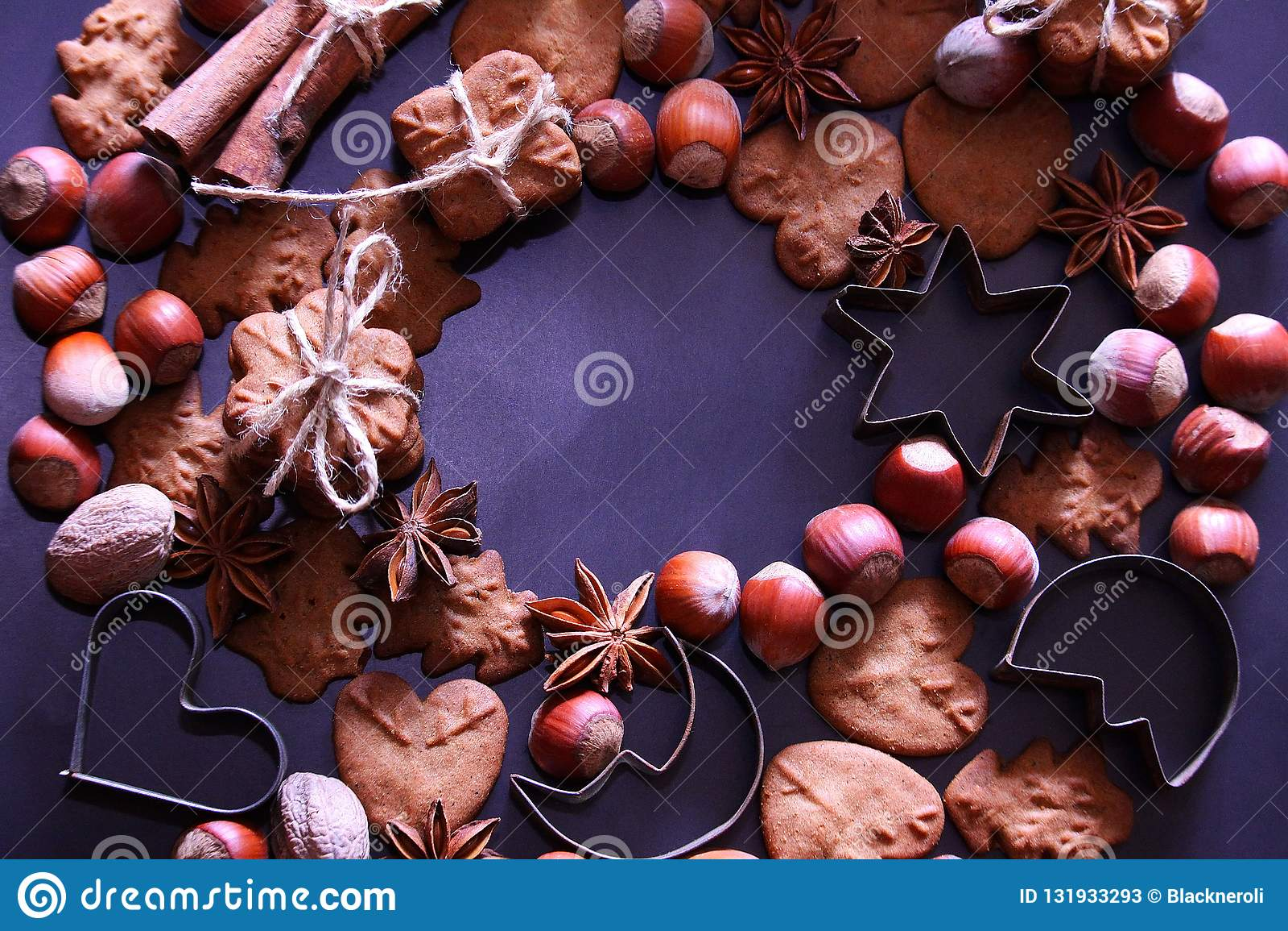 De achtergrond van de Kerstmisvakantie De koekjes van Kerstmis met feestelijke decoratie