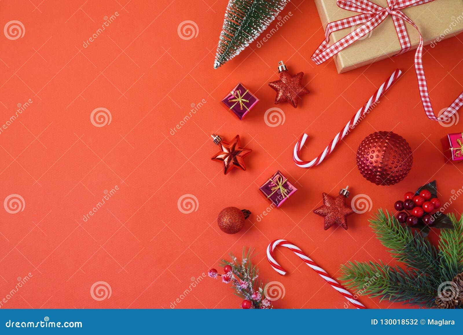 De achtergrond van de Kerstmisvakantie met decoratie en ornamenten op r