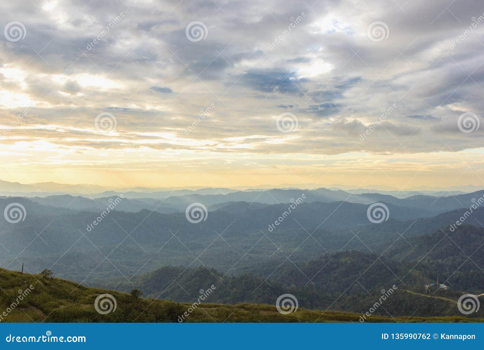De achtergrond van Nernchang suek in zonsopgang is één van interessante plaatsen in Kanchanaburi