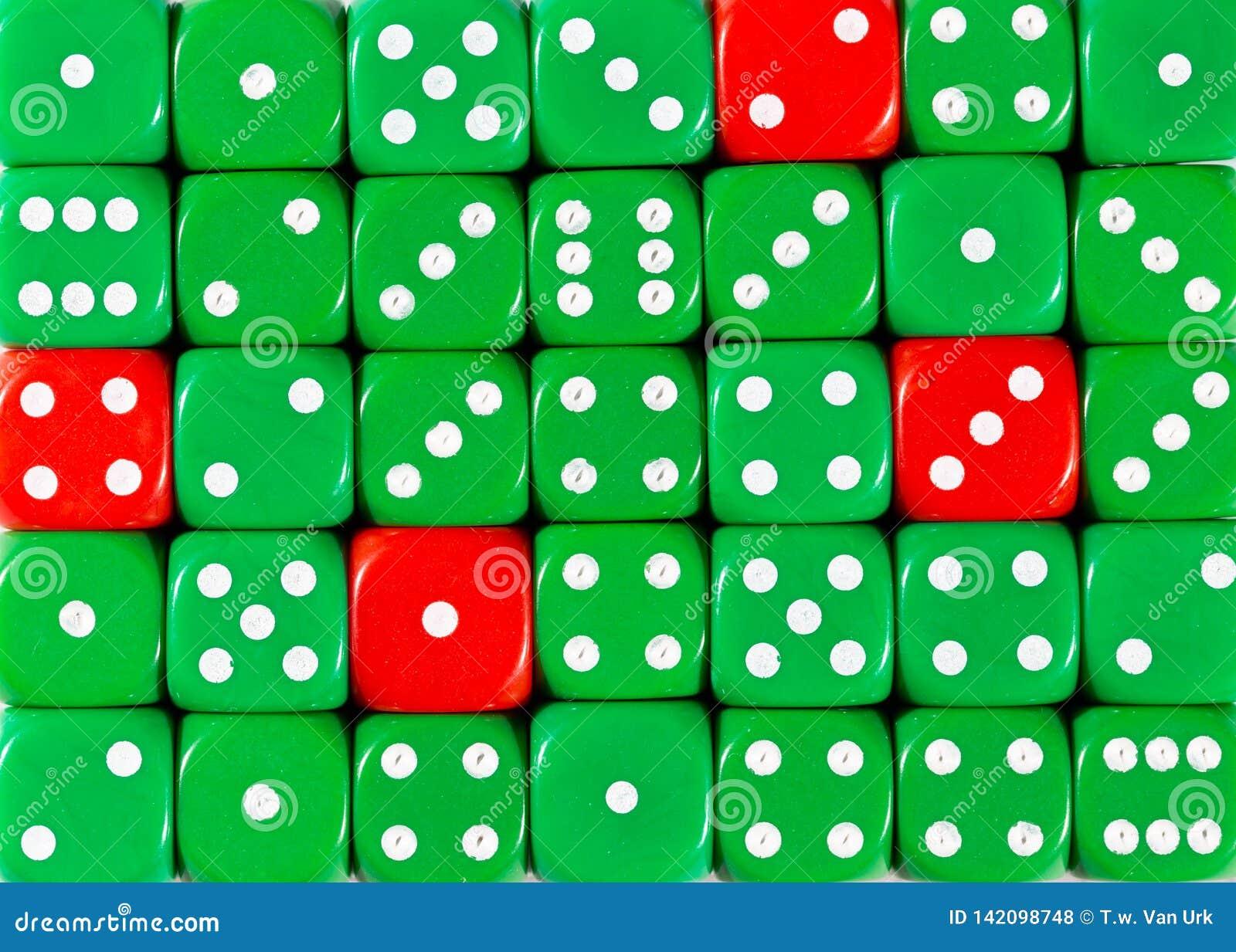 De achtergrond van willekeurige bevolen groen dobbelt met vier rode kubussen