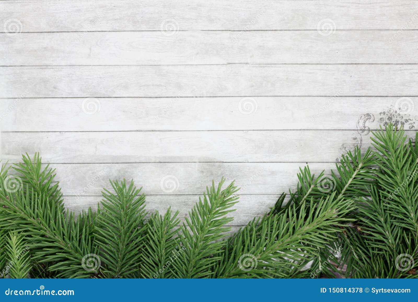 De achtergrond voor Kerstmis en het nieuwe jaar, takken van sparren liggen op een houten achtergrond, ruimte voor tekst, feesteli