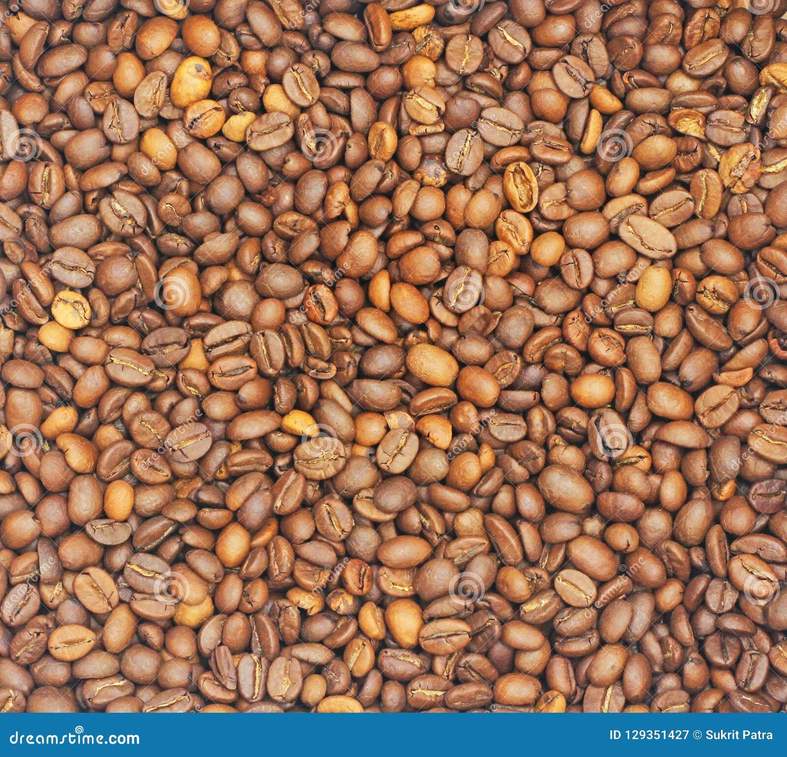 De achtergronden Vele koffiebonen zijn bruin en hebben een prettig aroma