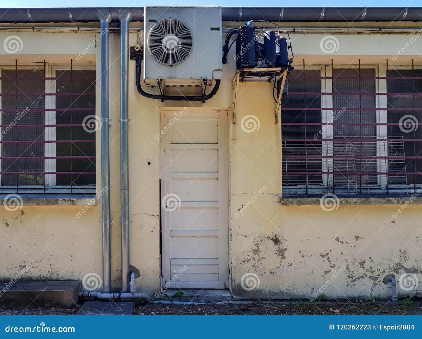 De achteringang aan de de dienstruimten van het restaurant