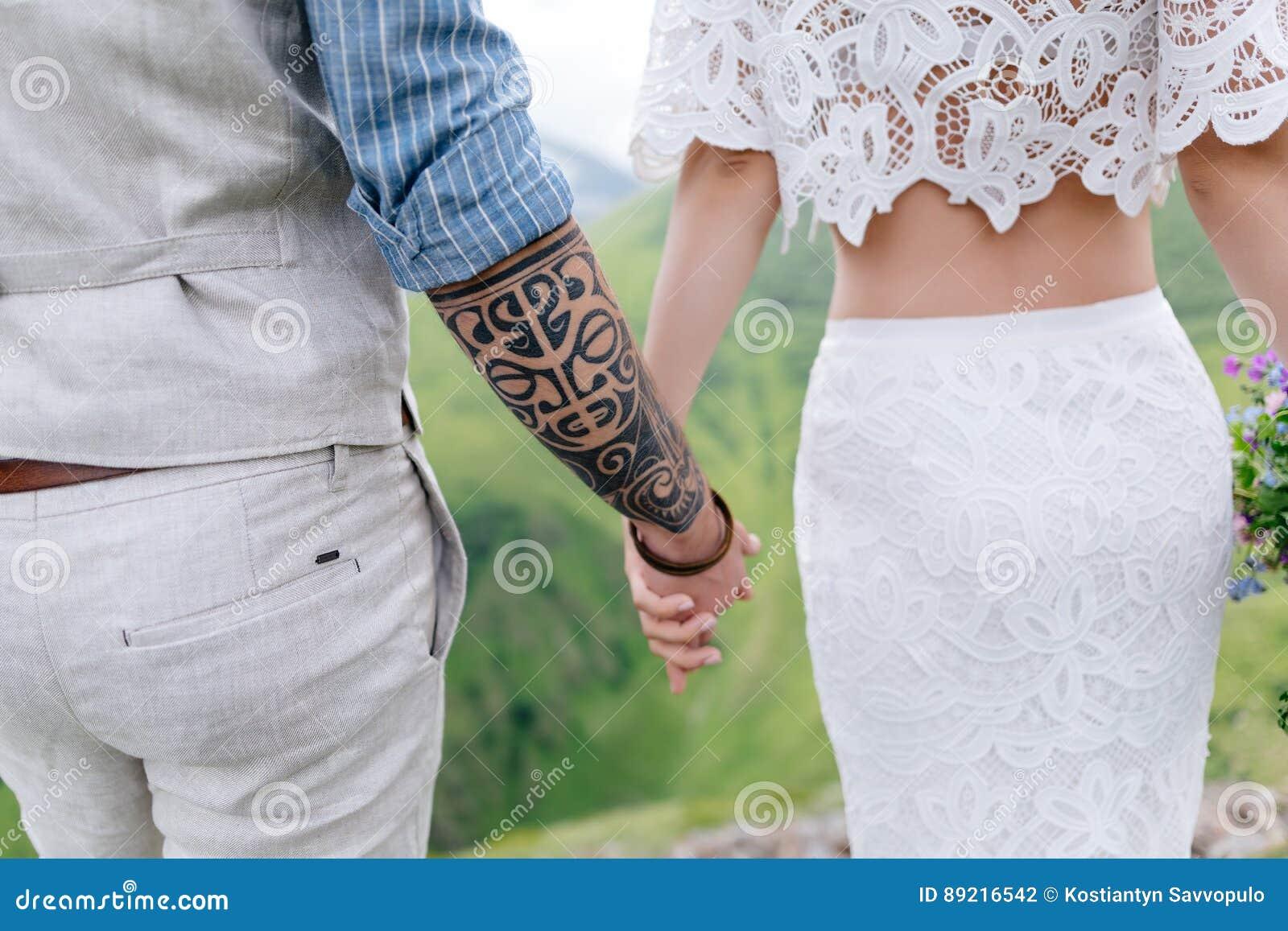 De achtermening van jongelui koppelt in liefde die, die handen houden en van mooi landschap op bergen genieten