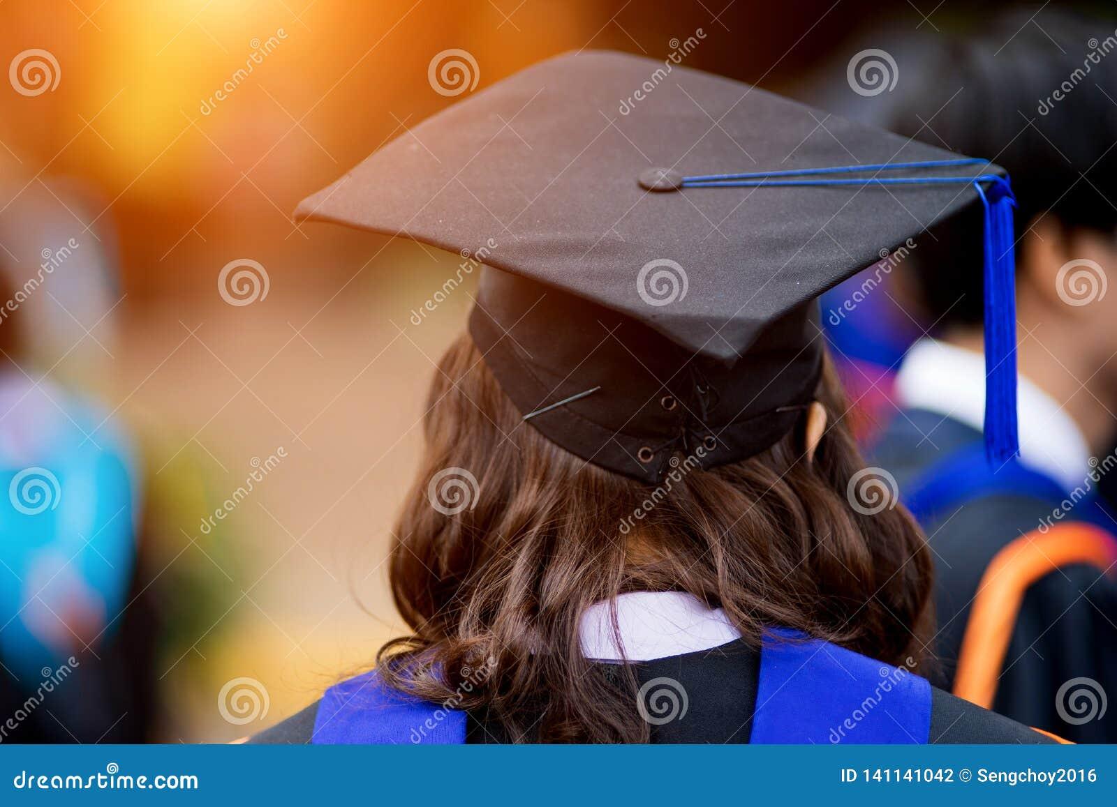 De achtermenings selectieve nadruk van de mensen met universitaire diploma s overbevolkte in de graduatieceremonie De gediplomeer