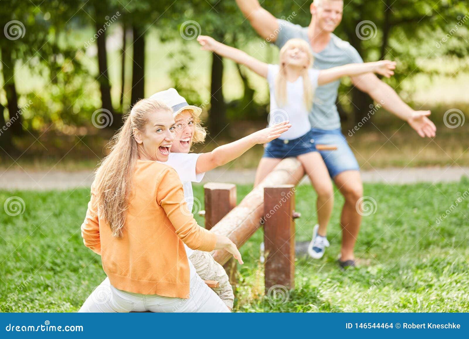 De actieve familie heeft pret op de schommeling
